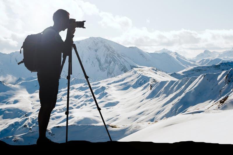 Sylwetka mężczyzna Fotografuje W zimie obrazy royalty free