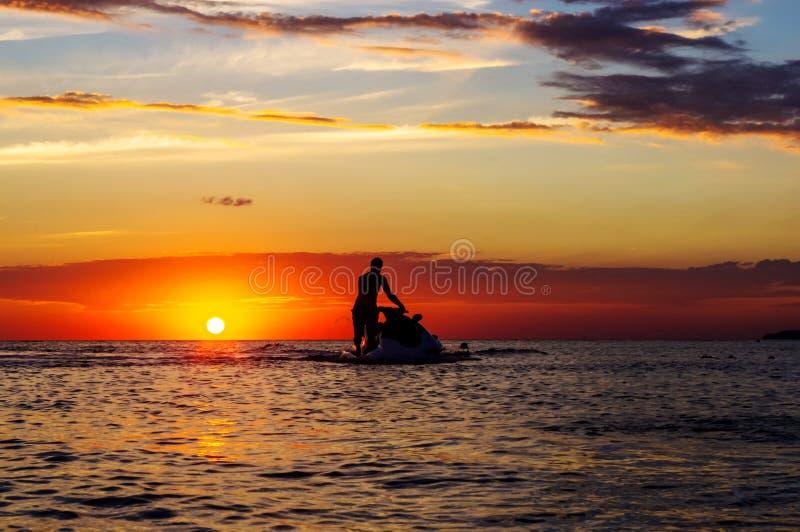 Sylwetka mężczyzna na dżetowej narcie w słońcu zdjęcia royalty free