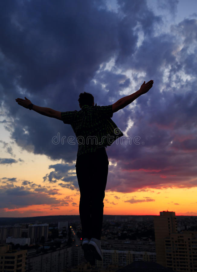 Sylwetka mężczyzna na dachu cloud słońca obrazy stock
