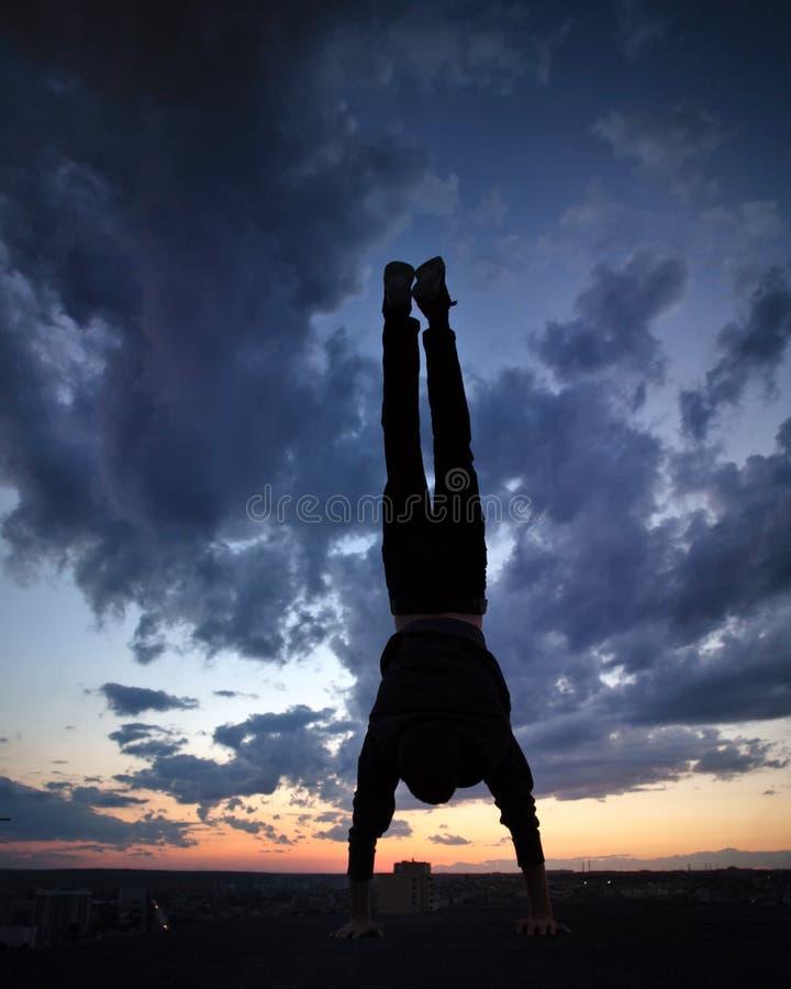 Sylwetka mężczyzna na dachu cloud słońca fotografia stock