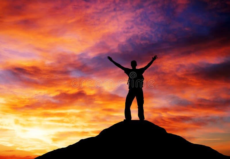 Sylwetka mężczyzna na halnym wierzchołku. zdjęcia royalty free