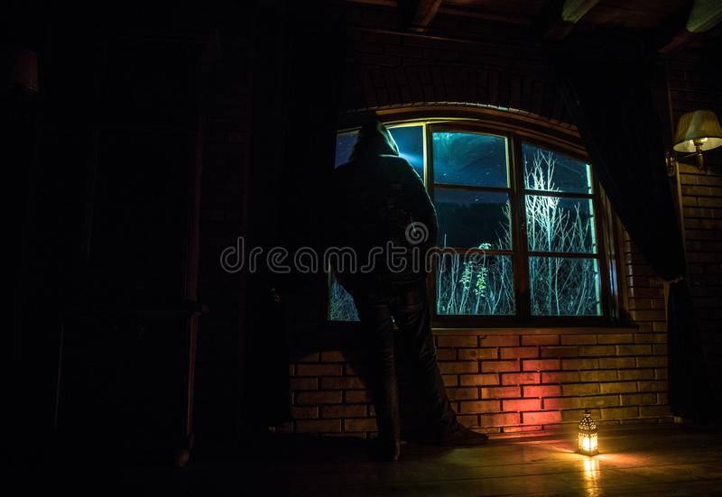 Sylwetka mężczyzna patrzeje jak marzenie galaxy przez okno obraz royalty free