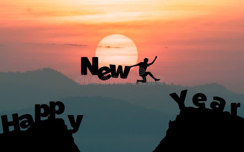 Sylwetka mężczyzna skacze robić słowu Szczęśliwego nowego roku obrazy stock