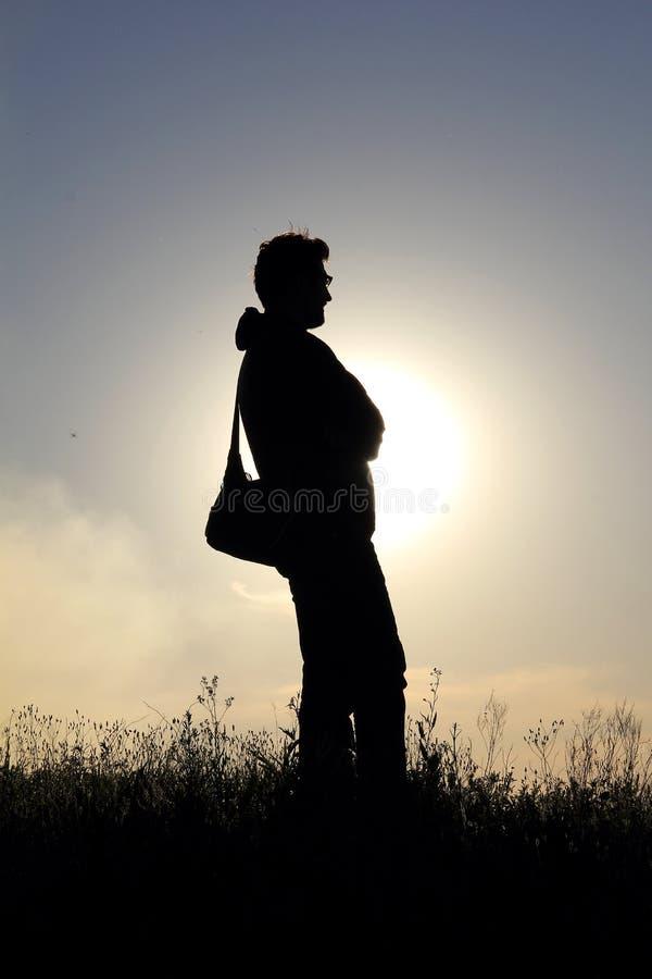 Sylwetka mężczyzna w polu przy zmierzchem obraz royalty free