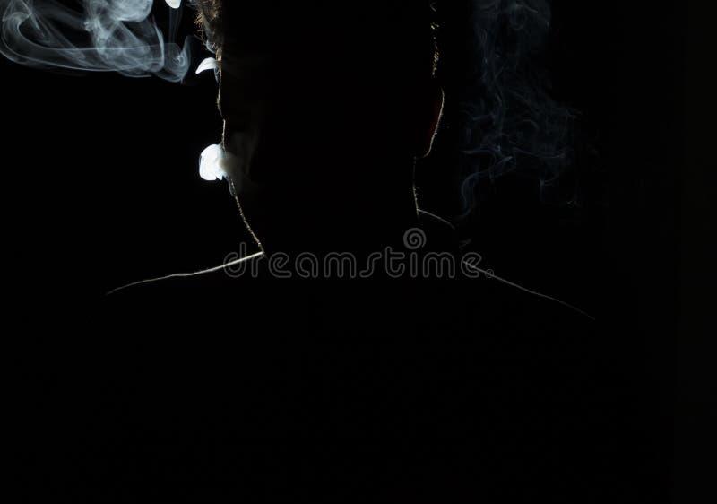 Sylwetka mężczyzna w zmroku fotografia royalty free