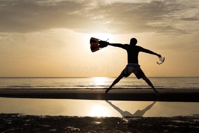Sylwetka mężczyzna z żebra i maski doskakiwaniem w plaży zdjęcia stock