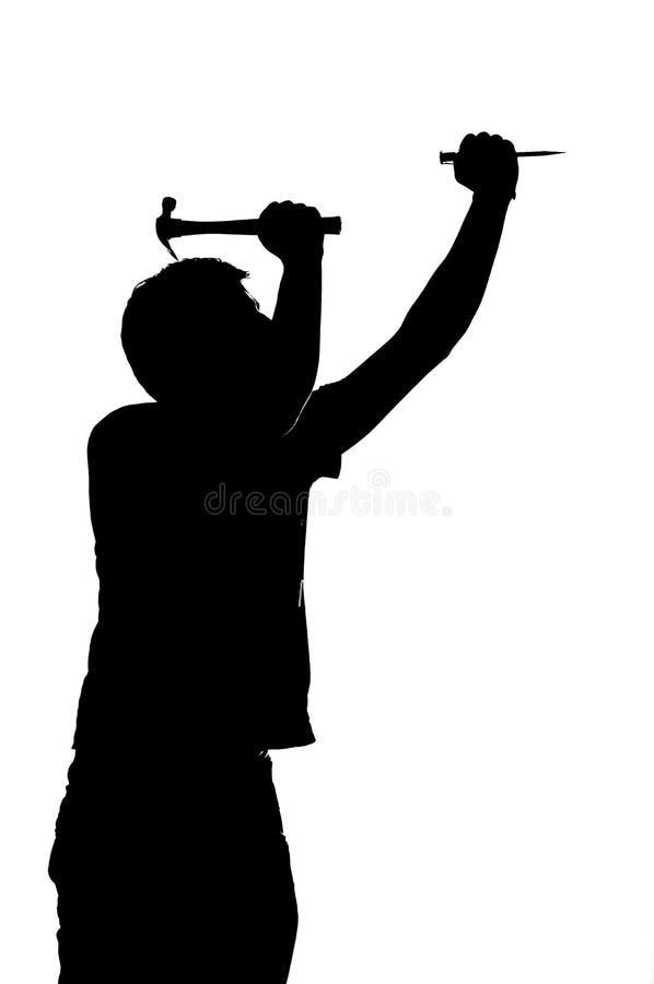 Sylwetka mężczyzna z gwozdziem i młotem. ilustracji
