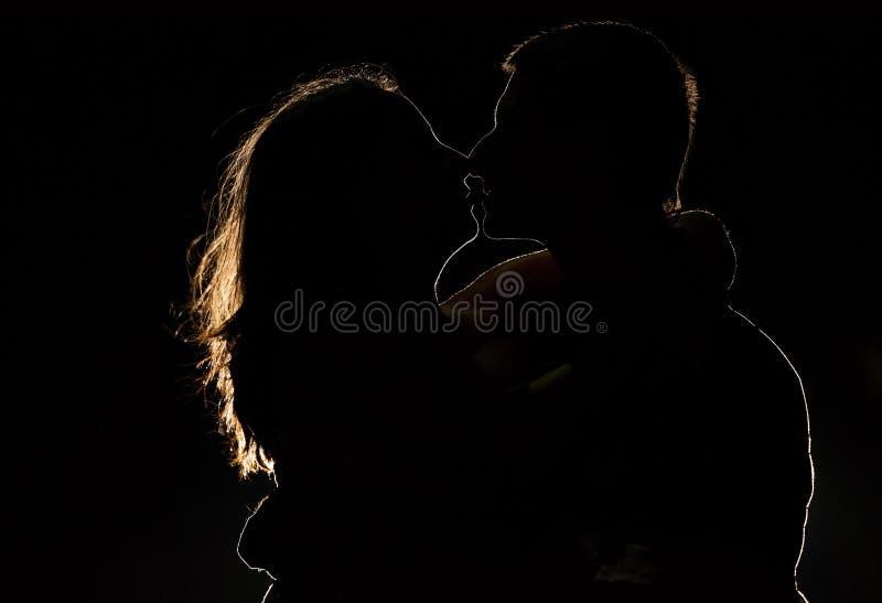 Sylwetka młoda para w zmroku zdjęcia stock