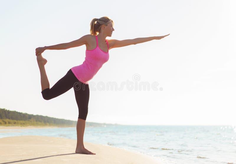 Sylwetka młody zdrowej i dysponowanej kobiety ćwiczy joga zdjęcie stock