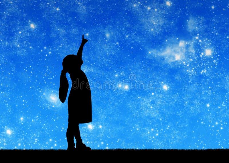 Sylwetka, mała dziewczynka patrzeje gwiaździstego niebo i pokazuje kciuk up obrazy royalty free