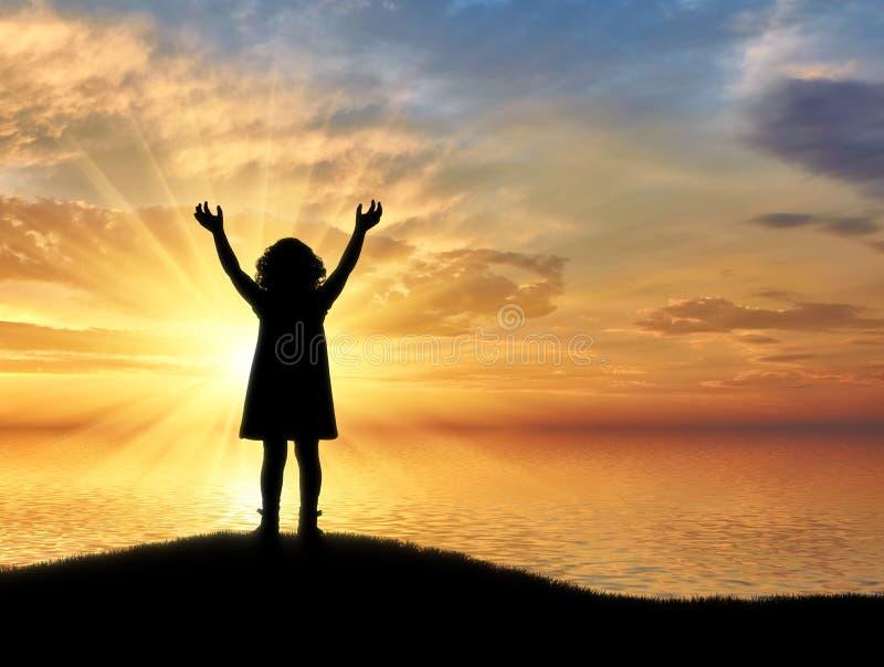 Sylwetka, mała szczęśliwa dziewczynki pozycja na wzgórzu blisko morza na tle fotografia stock