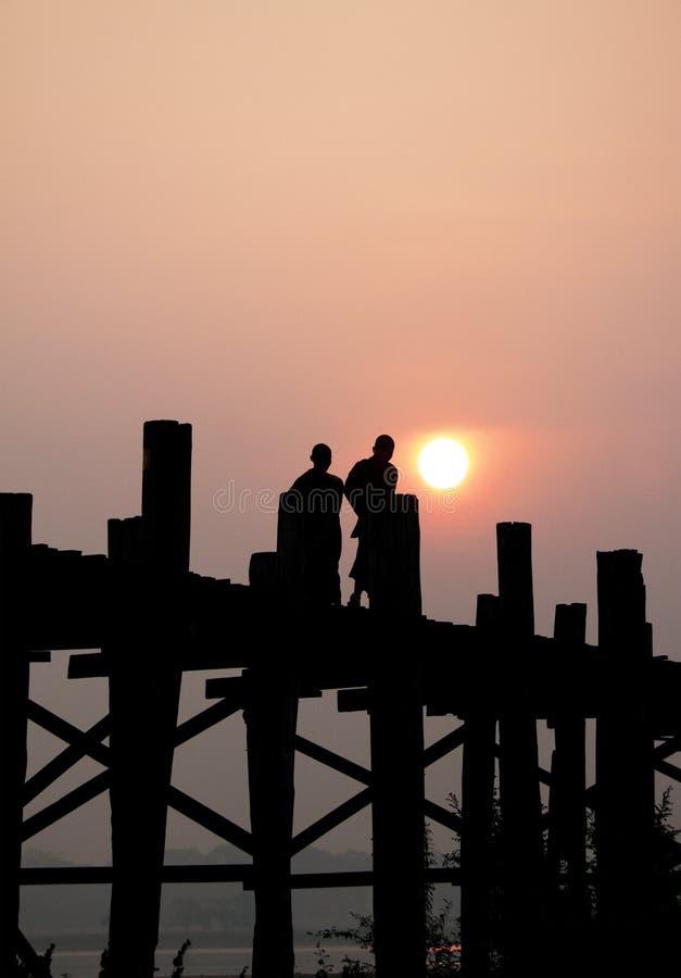 Sylwetka mnisi buddyjscy, Amarapura, Myanmar zdjęcie stock
