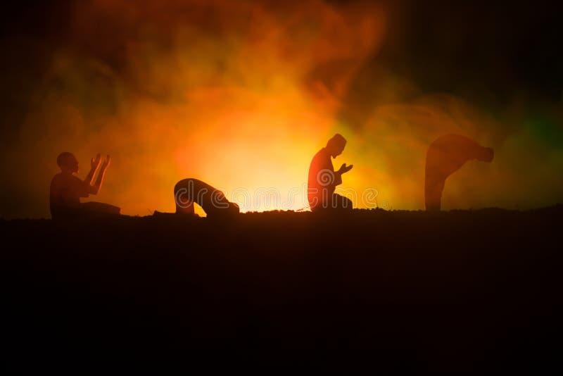Sylwetka modlenie Muzułmański mężczyzna na stonowanym mgłowym tle Ramadan Kareem tło Muzułmańska Eid wakacje dekoracja Modlenia p fotografia stock
