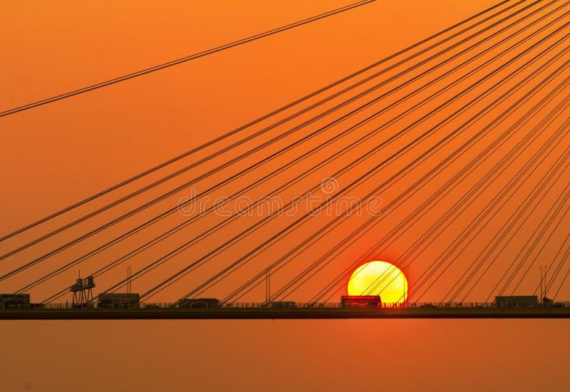 Sylwetka most pod położenia słońcem fotografia royalty free