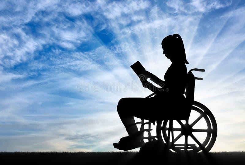 Sylwetka niepełnosprawna kobieta czyta książkę w wózku inwalidzkim obrazy royalty free