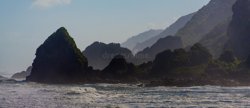 Sylwetka niewygładzone nabrzeżne falezy i skały obraz stock