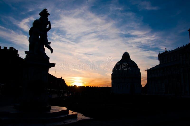 Sylwetka Oparty wierza Pisa, Włochy obrazy stock