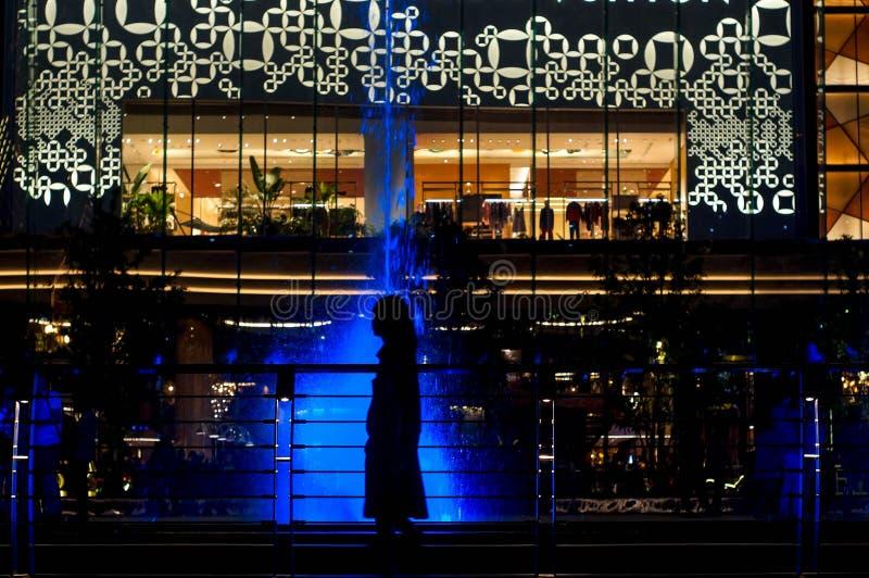sylwetka osoba w barwionej wodnej fontannie fotografia royalty free