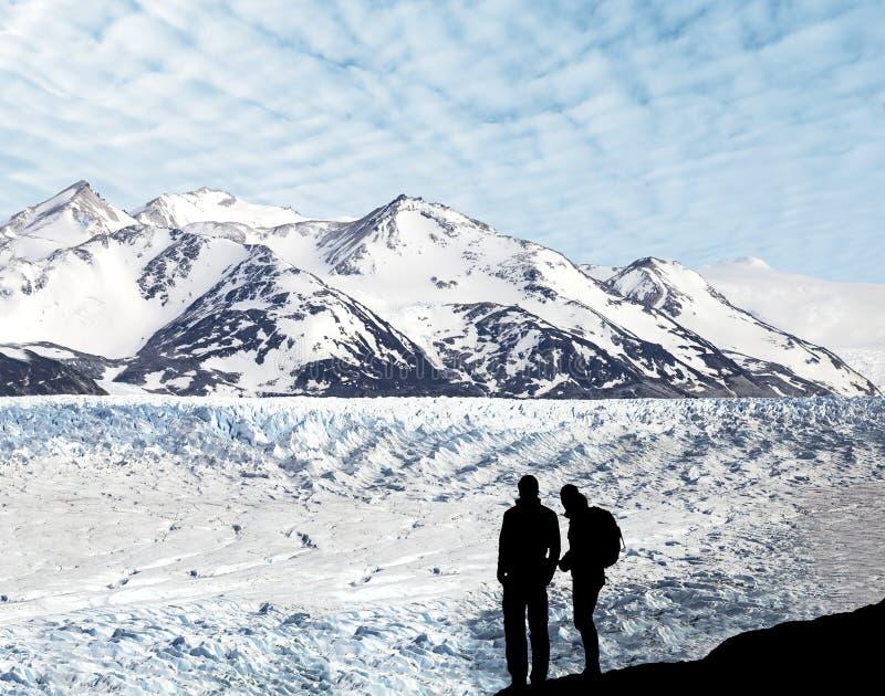Sylwetka para podziwia pięknego widok lodowiec. fotografia royalty free