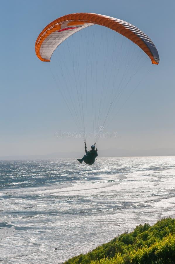 Sylwetka paraglider zdjęcie royalty free