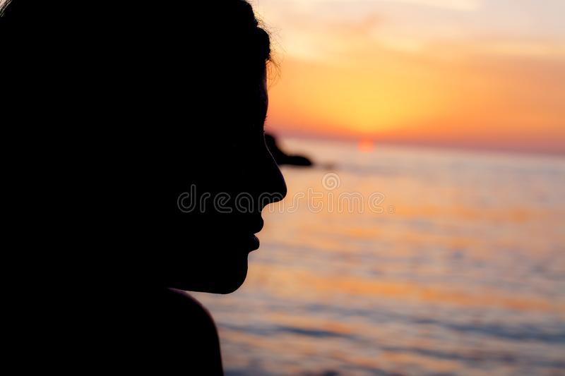Sylwetka piękna kobieta przed zmierzchem w oceanie obrazy stock