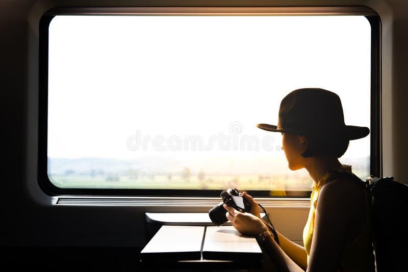 Sylwetka pięknego modnisia azjatykcia kobieta podróżuje na pociągu _ obraz stock
