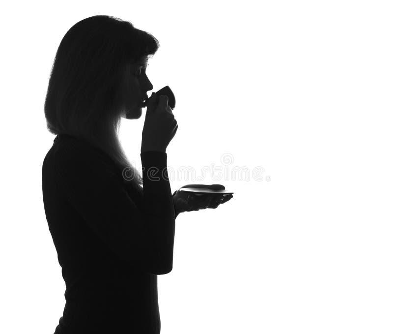 Sylwetka pije kawę młoda kobieta zdjęcia royalty free