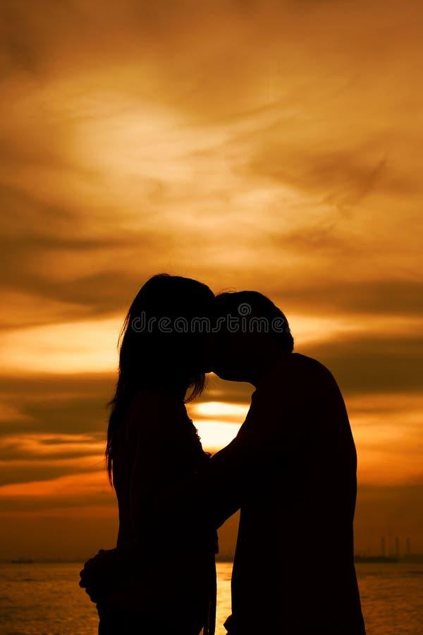 sylwetka pocałunek. obraz stock