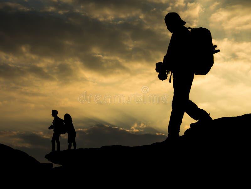 Sylwetka podróżnik z kamerą i parą na skale przy s zdjęcie stock