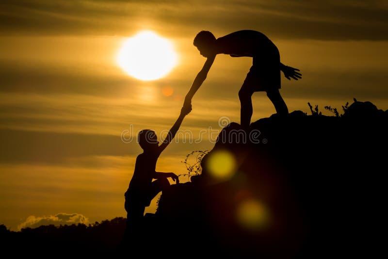 Sylwetka pomocna dłoń przyjaciel zdjęcie royalty free
