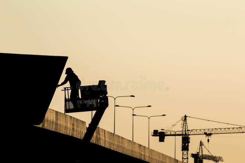 Sylwetka pracownik budowlany na rusztowaniu w construc fotografia stock