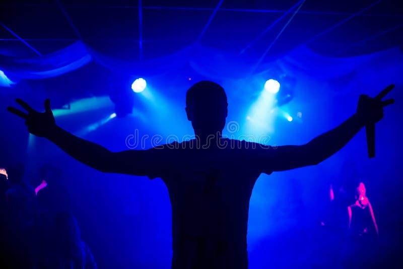 Sylwetka prowadzi z mikrofonem na koncertowym noc klubie mężczyzna obraz stock