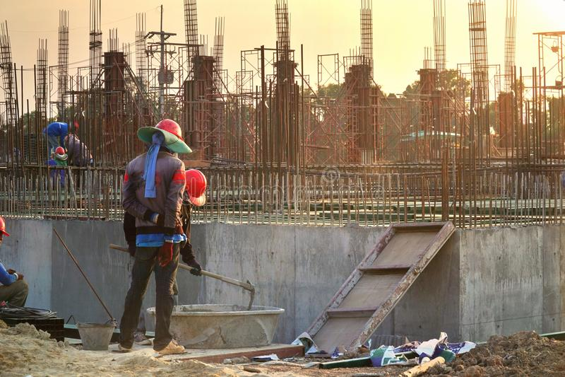 Sylwetka przemysł budowlany inżyniera Biznesowy pojęcie z pracownik pozycją i mieszanka cementem, stalowy prącie zdjęcia royalty free