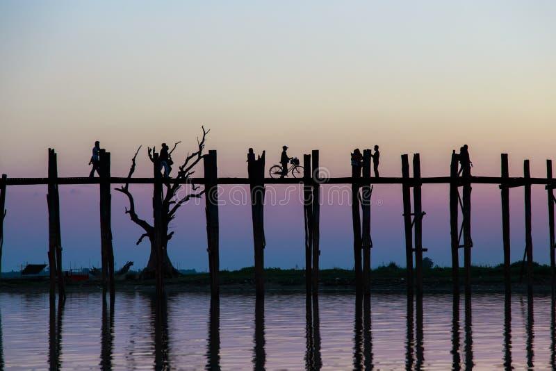 Sylwetka przy U-bien mostem, Myanmar obrazy stock