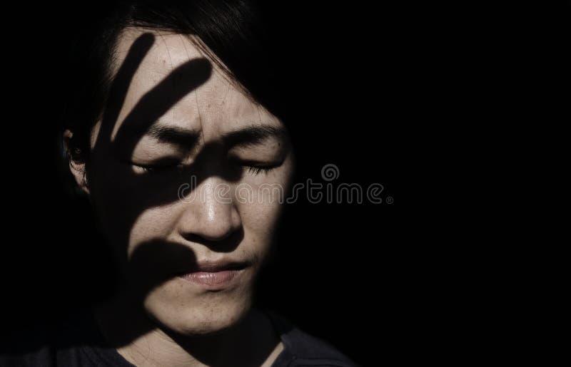 sylwetka ręka na twarzy kobieta zdjęcia stock