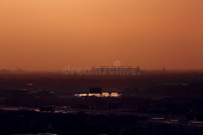 Sylwetka raymond james stadium jako słońce iść puszek w Tampa, Floryda Czerwiec 22, 2019 obraz stock