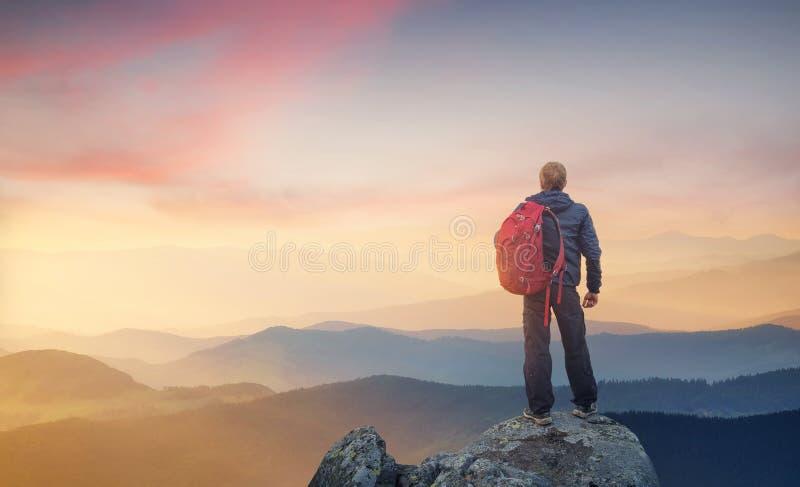 Sylwetka rockowy arywista przy halnym dolinnym tłem fotografia royalty free