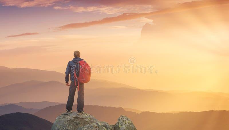 Sylwetka rockowy arywista przy halnym dolinnym tłem zdjęcie royalty free