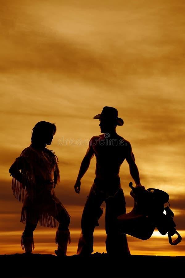 Sylwetka rodowity amerykanin kobiety strony kolano up kowbojem zdjęcia stock