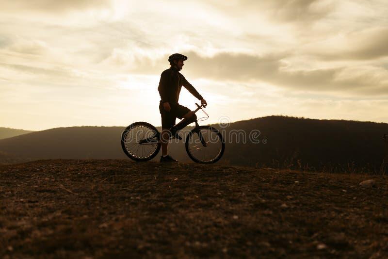 Sylwetka rowerzysta na wzgórzu zdjęcia royalty free