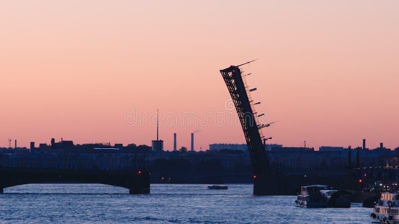 Sylwetka rozpieczętowany trójca most na Neva wczesnym poranku obrazy stock
