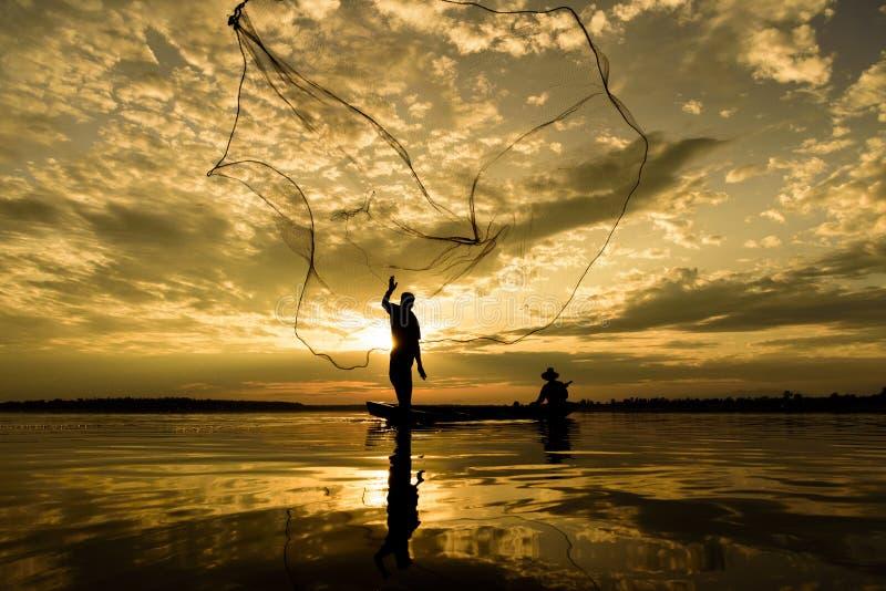 Sylwetka rybacy z zmierzchu czasem przy Wanon Niwat okręgiem zdjęcie stock