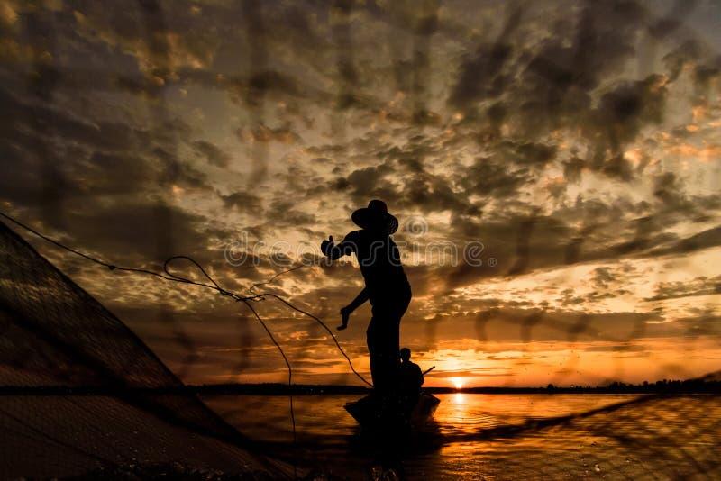 Sylwetka rybacy z zmierzchu czasem przy Wanon Niwat okręgiem obrazy stock