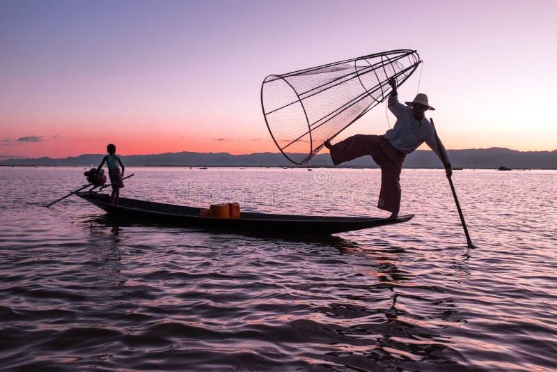 Sylwetka rybak przy zmierzchem Inle Jeziorny Birma Myanmar zdjęcia stock