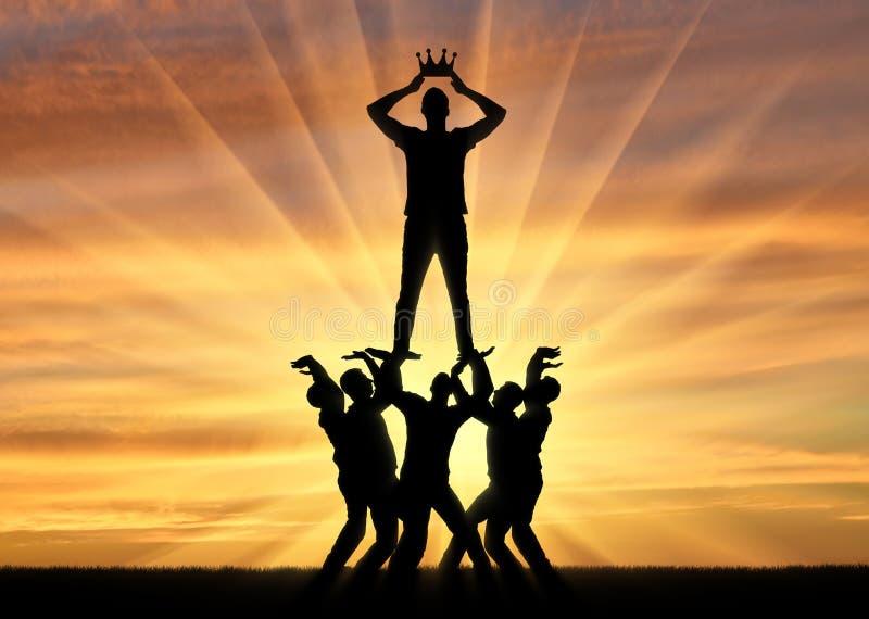Sylwetka samolubny i narcystyczny mężczyzna ubiera koronę, stoi na tłumu mężczyzna fotografia royalty free
