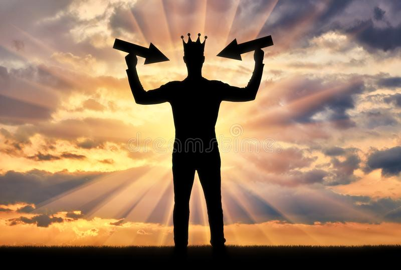 Sylwetka samolubny mężczyzna z koroną na jego głowie obrazy stock