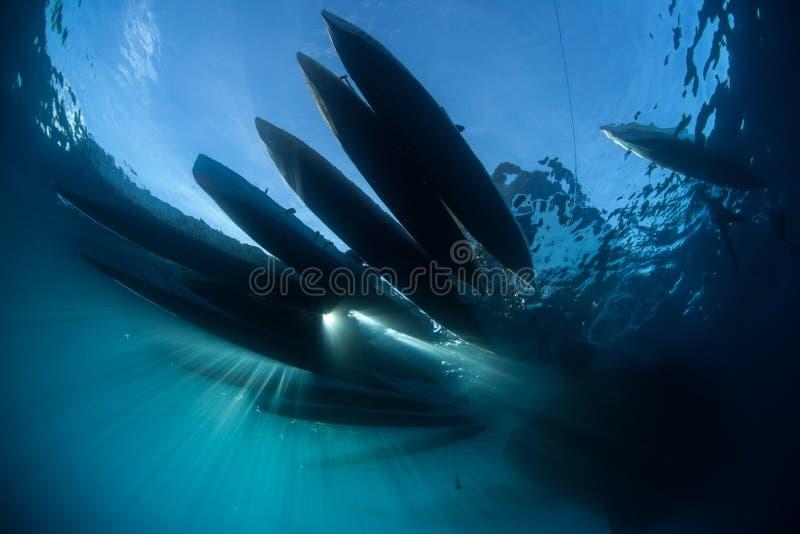 Sylwetka schronów czółna w Melanesia obraz stock