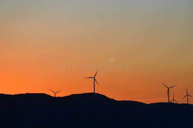 Sylwetka silnik wiatrowy przy zmierzchem Pojęcie alternativ obrazy royalty free