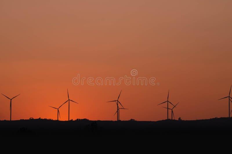 Sylwetka silnika wiatrowego władzy generator fotografia royalty free