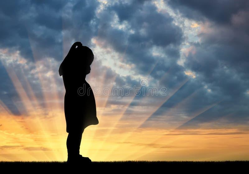 Sylwetka smutny mały dziewczynka płacz przeciw zmierzchu tłu obraz stock